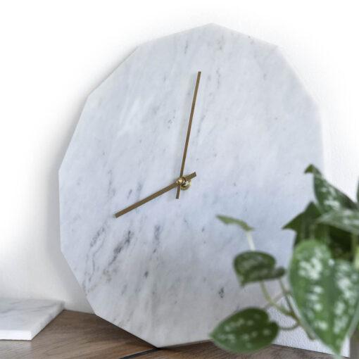 Miljøbillede af vores Marble Bianco med guld visere