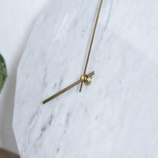 Zoomet miljøbillede af vores Marble Bianco med guld visere