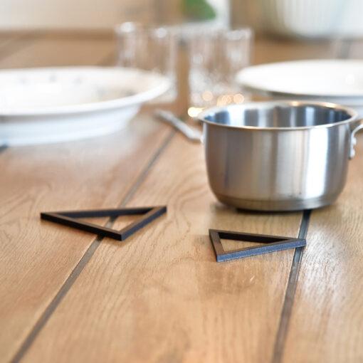 Miljøbillede af vores Triangle bordskåner i Dark Oak