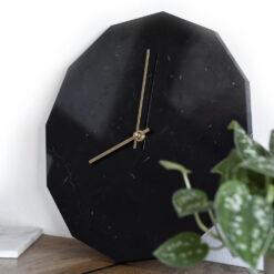 Miljøbillede af vores Marble Nero model med guldvisere
