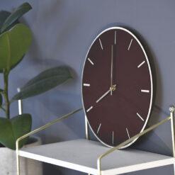 Miljøbillede af vores Burgundy Oak model med guld visere