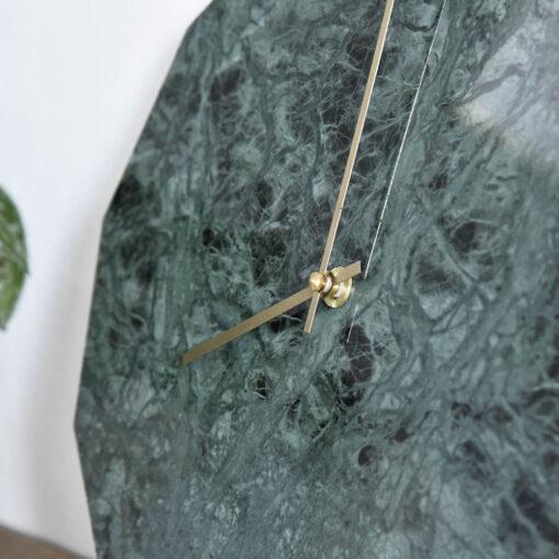 Zoomet miljøbillede af vores Marble Verde modul med guld visere